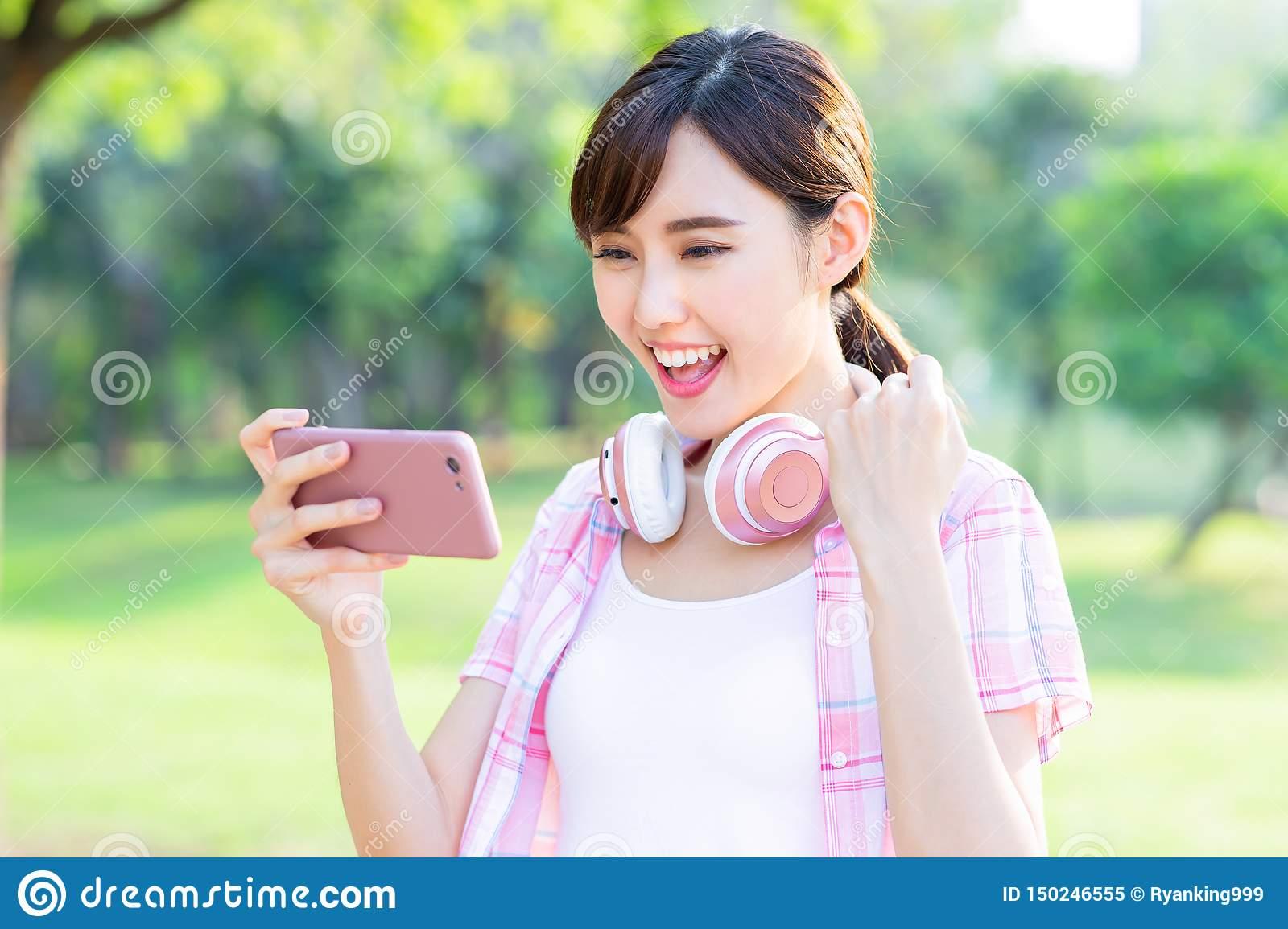 Jeu De Jeu De Fille Au Téléphone Image Stock - Image Du destiné Jeux De Fille De Telephone