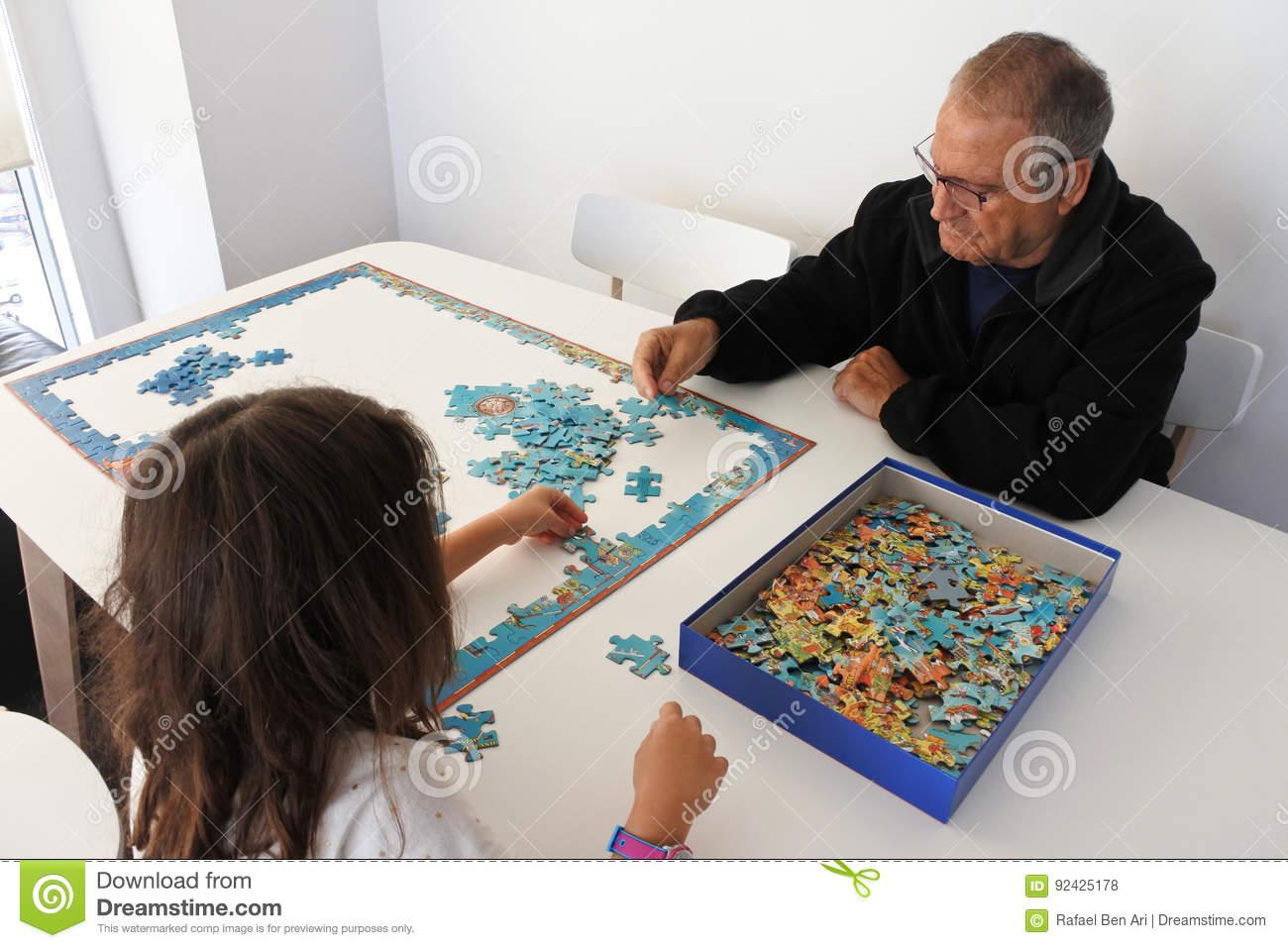 Jeu Première Génération Avec Le Puzzle De Petite-Fille Photo destiné Jeux De Fille Puzzle