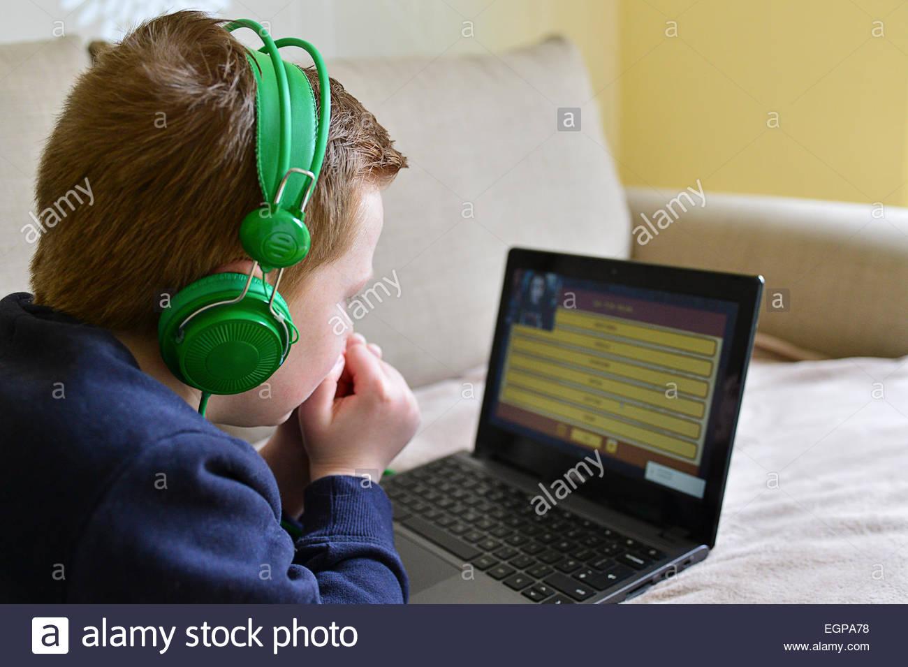 Jeune Garçon À Jouer En Ligne Jeux D'ordinateur Sur destiné Jeux Sur Ordinateur En Ligne