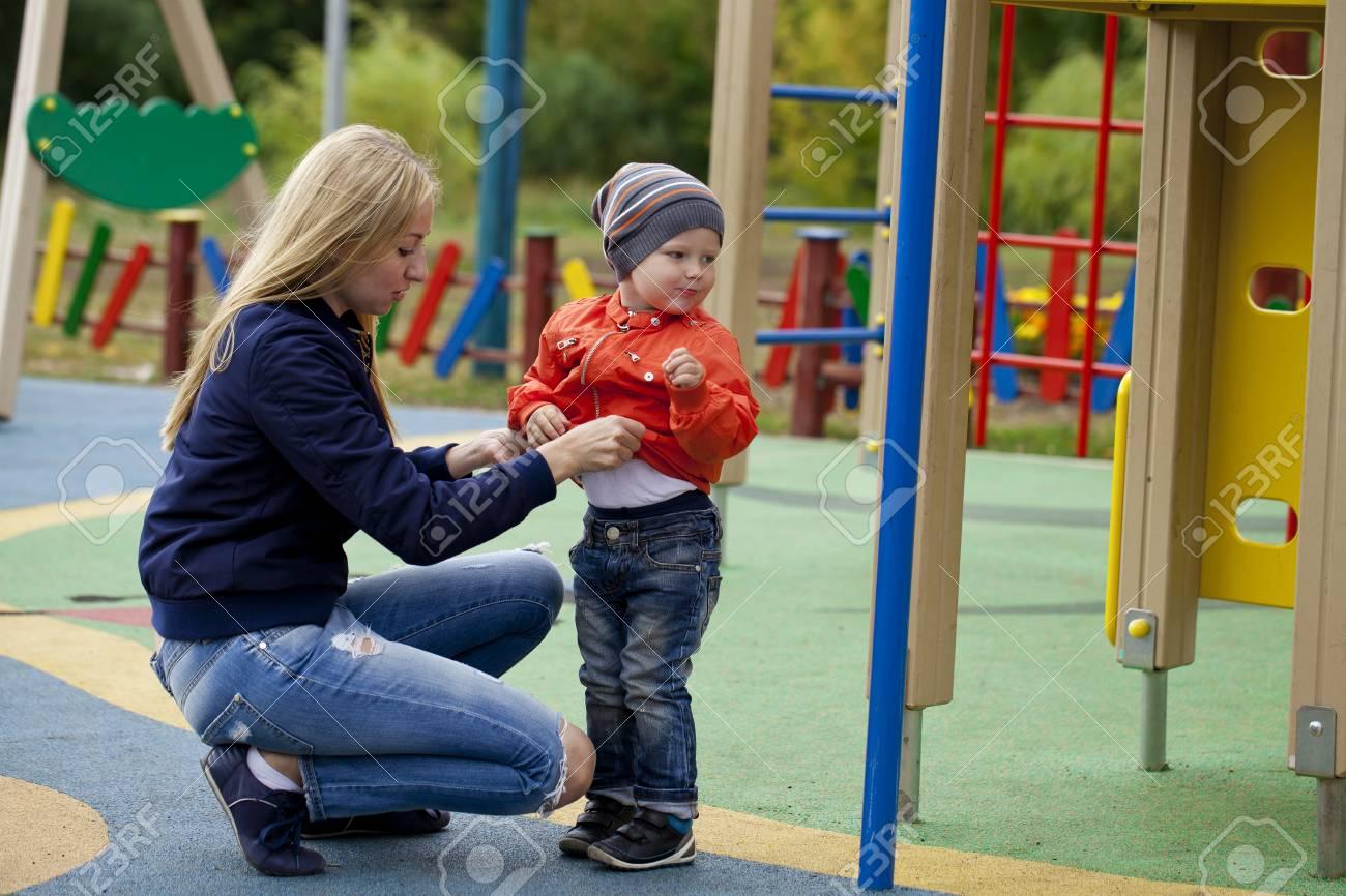 Jeune Mère Et Le Bébé Garçon Jouant Sur L'aire De Jeux Dans Le Parc De  L'automne encequiconcerne Jeux De Bébé Garçon