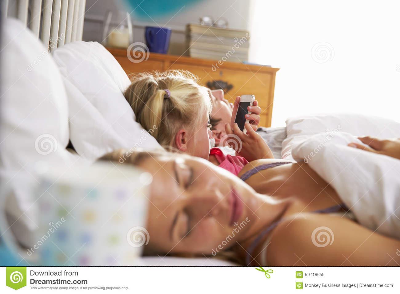 Jeux De Fille Avec Le Téléphone Portable Dans Le Lit Comme intérieur Jeux De Fille De Telephone