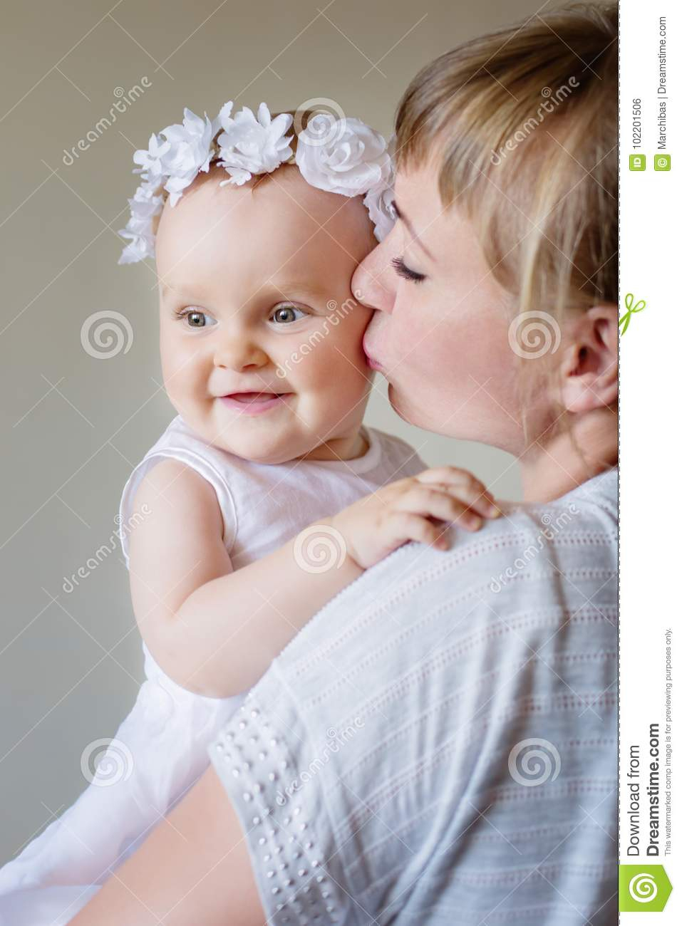 Jeux De Fille De Mère Et De Bébé, Étreindre, Embrassant Au avec Jeux Bebe Fille