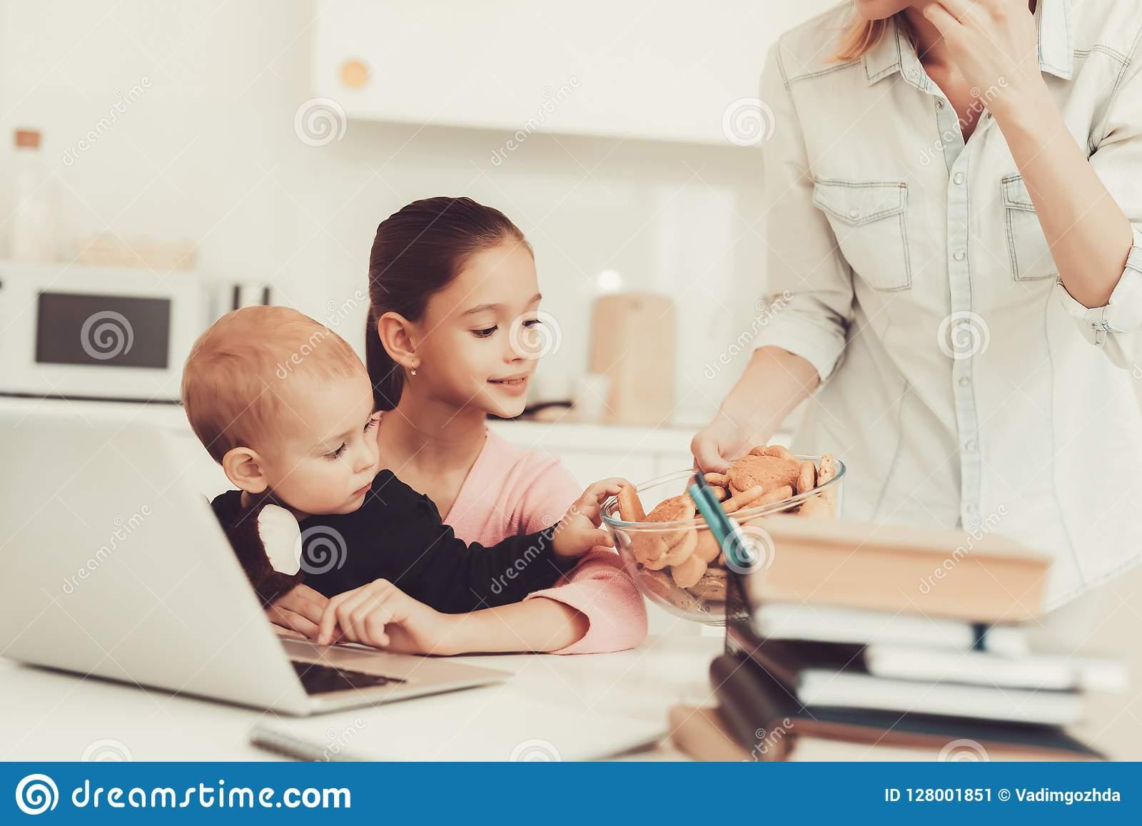 Jeux De Jeune Fille Avec Le Frère On Kitchen De Bébé Image avec Inscription Jeux De Fille