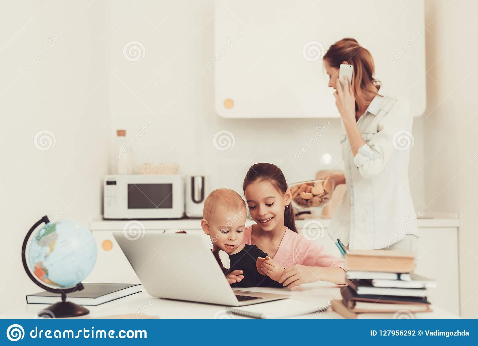 Jeux De Jeune Fille Avec Le Frère On Kitchen De Bébé Photo tout Inscription Jeux De Fille