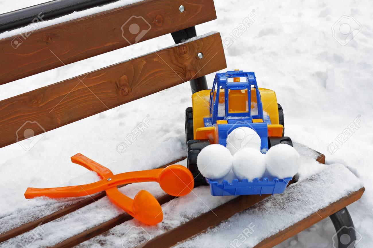 Jeux D'hiver Pour Les Enfants À L'extérieur. Grande Voiture Jouet Et Autres  Jouets Pour Bébés Sont Sur Le Banc, Recouvert De Neige. dedans Jeux De Voiture Pour Bébé