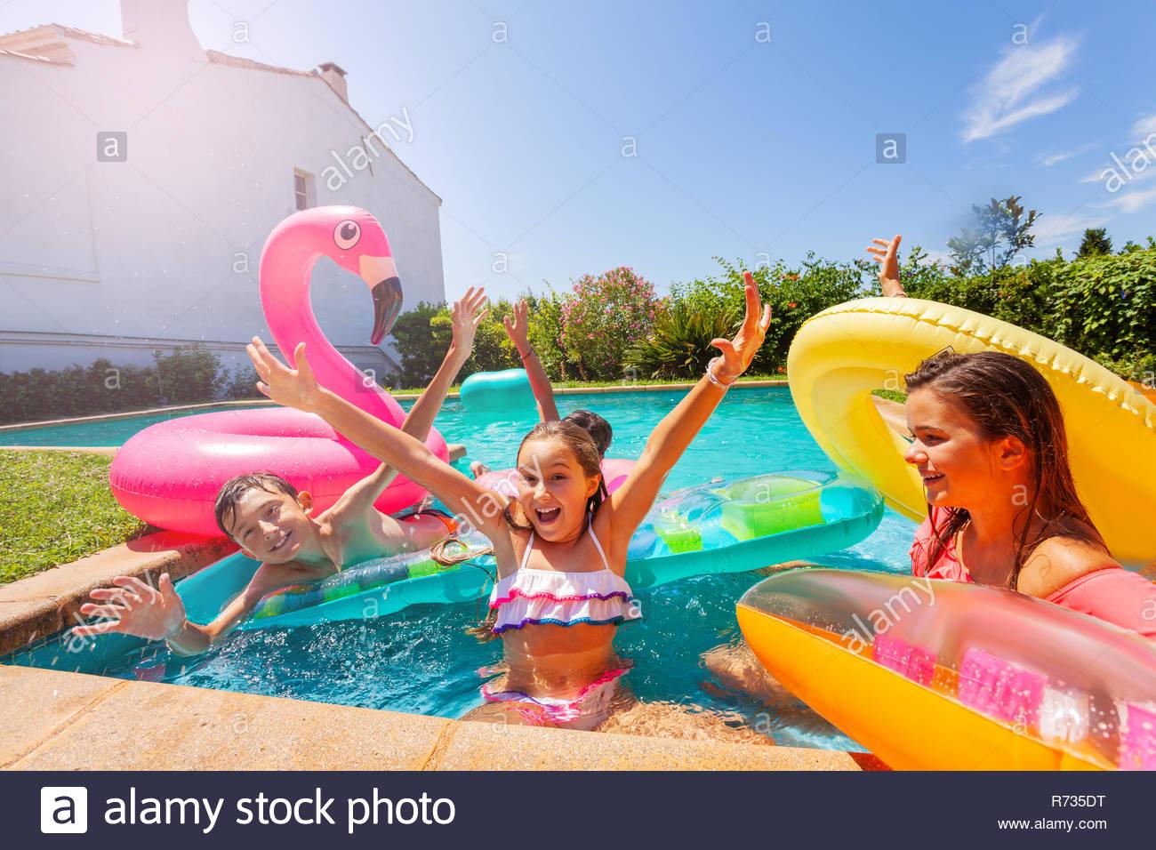 Jouer À Des Jeux De Fille Avec Des Amis Au Cours De Pool à Jouer A Des Jeux De Fille