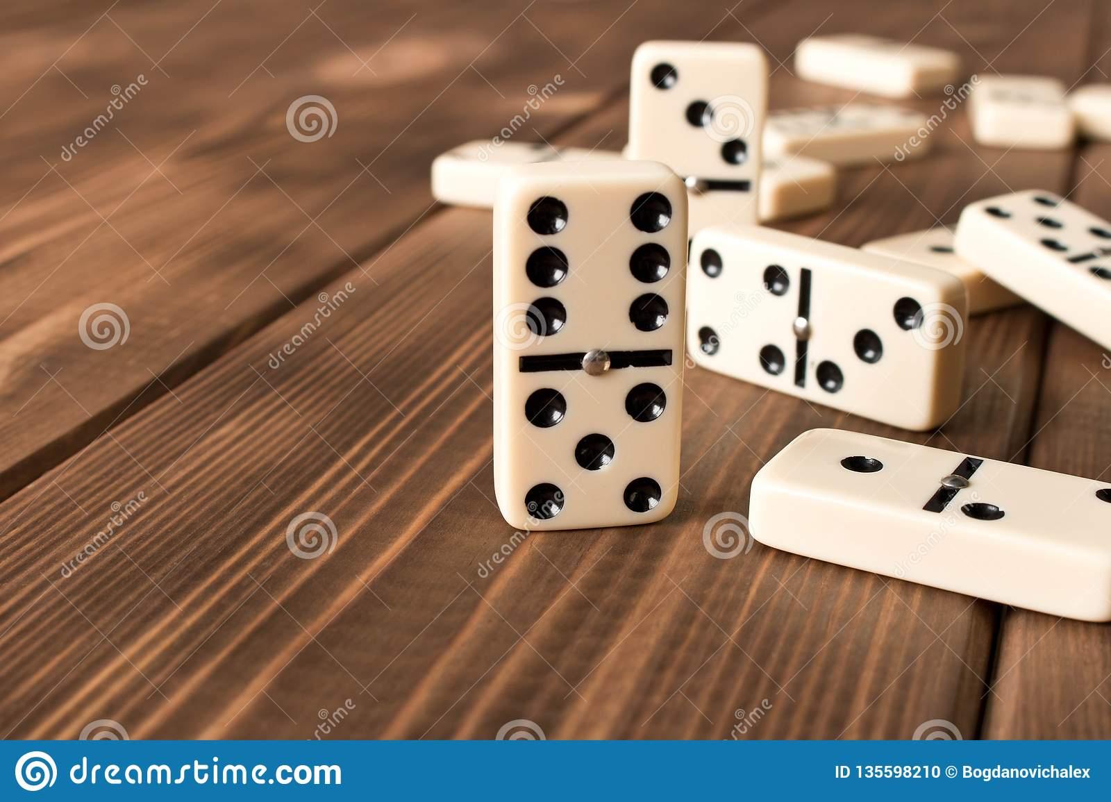 Jouer Des Dominos Sur Une Table En Bois Le Domino De Fond dedans Jouer Au Domino Gratuitement