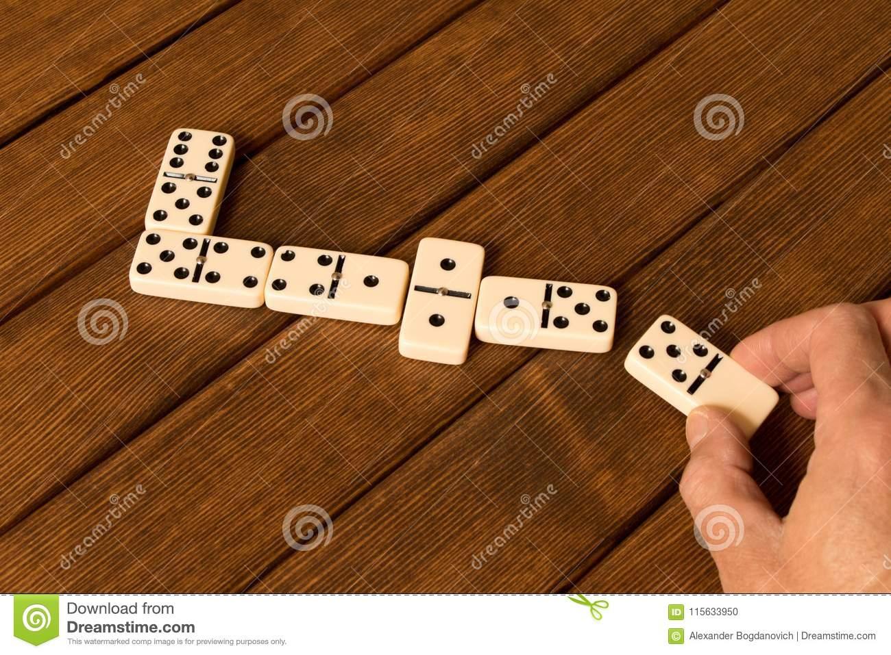 Jouer Des Dominos Sur Une Table En Bois Main Du ` S D'homme serapportantà Jouer Au Domino Gratuitement