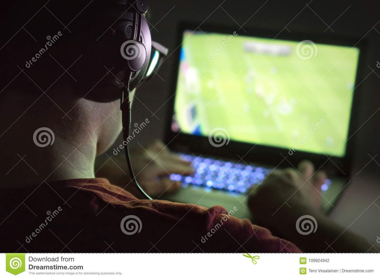 Jouer Des Jeux Vidéo Avec L'ordinateur Portable Le Jeune intérieur Jeux Sur Ordinateur En Ligne