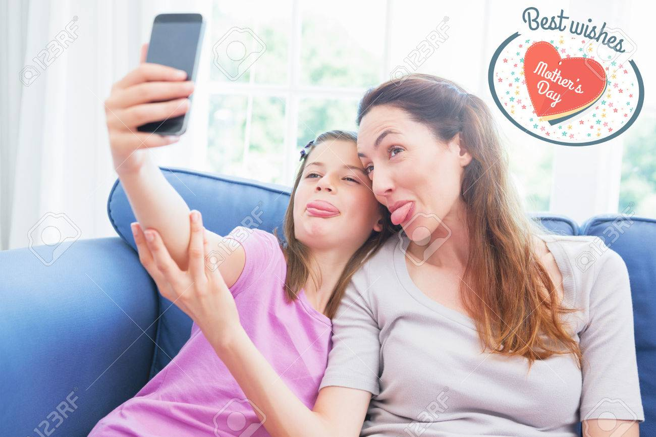 Jour De Mères De V?ux Contre La Mère Et La Fille De Prendre Une Selfie dedans Ux De Fille