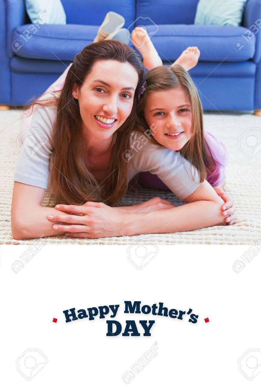 Jour De Mères De V?ux Contre La Mère Et La Fille En Souriant À La Caméra tout Ux De Fille