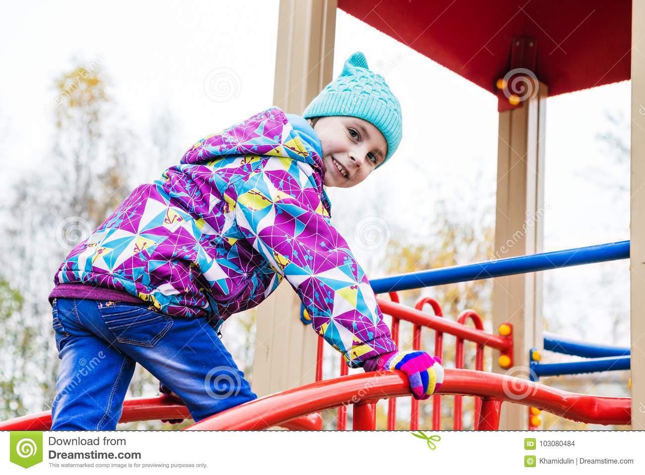 La Fille Joue L'amusement Sur Le Terrain De Jeu Photo Stock encequiconcerne Jouer A Des Jeux De Fille