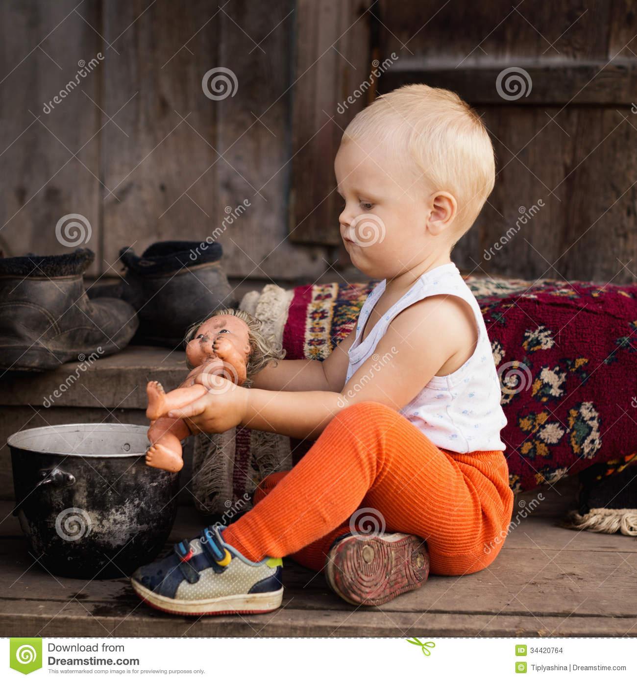 Les Jeux De Petit Garçon Avec Une Poupée Photo Stock - Image destiné Les Jeux De Petit Garcon