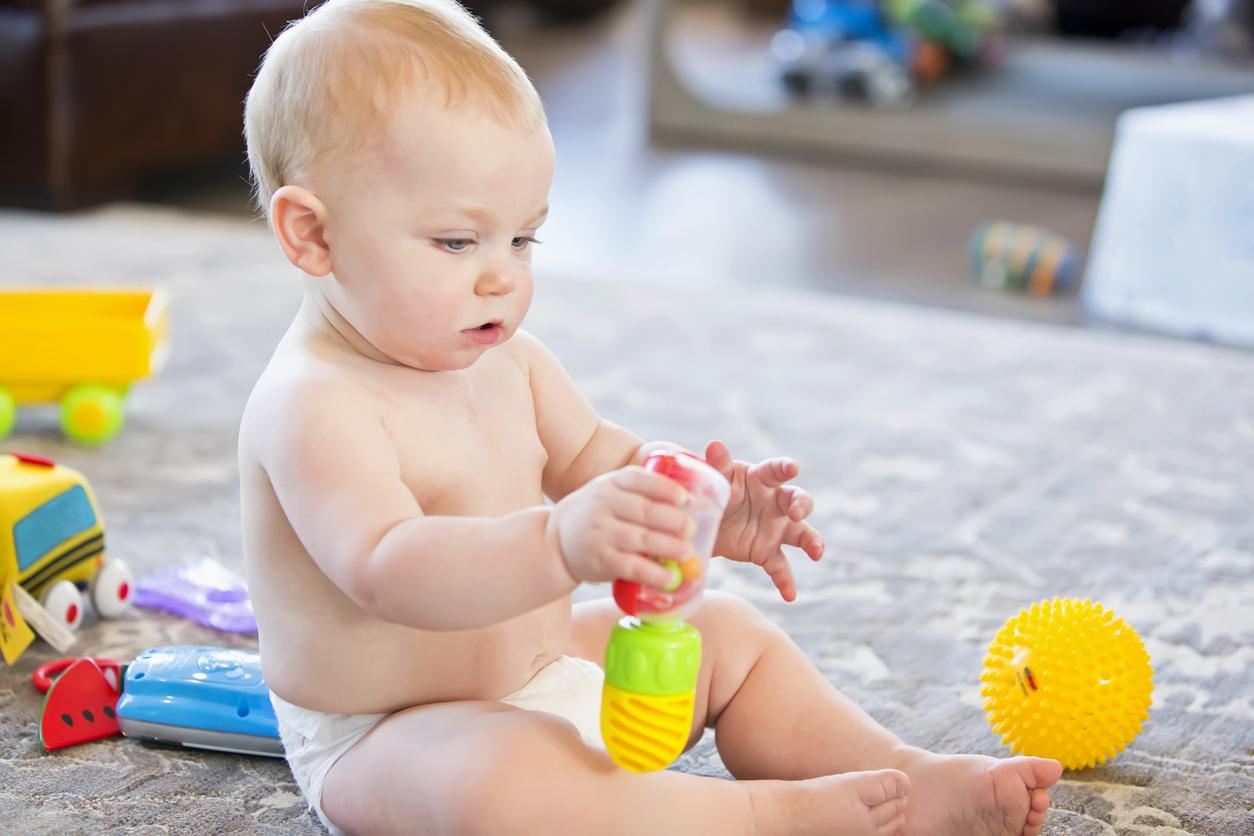 Les Jeux De Préhension : L'éveil Au Monde Des Objets pour Bebe 6 Mois Eveil