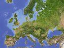 L'europe. Carte En Relief Ombragé Avec Les Grandes Zones Urbaines. Colorés  En Fonction De La Végétation. Projection Azimutale De Lambert Equal-Area pour Carte De L Europe En Relief