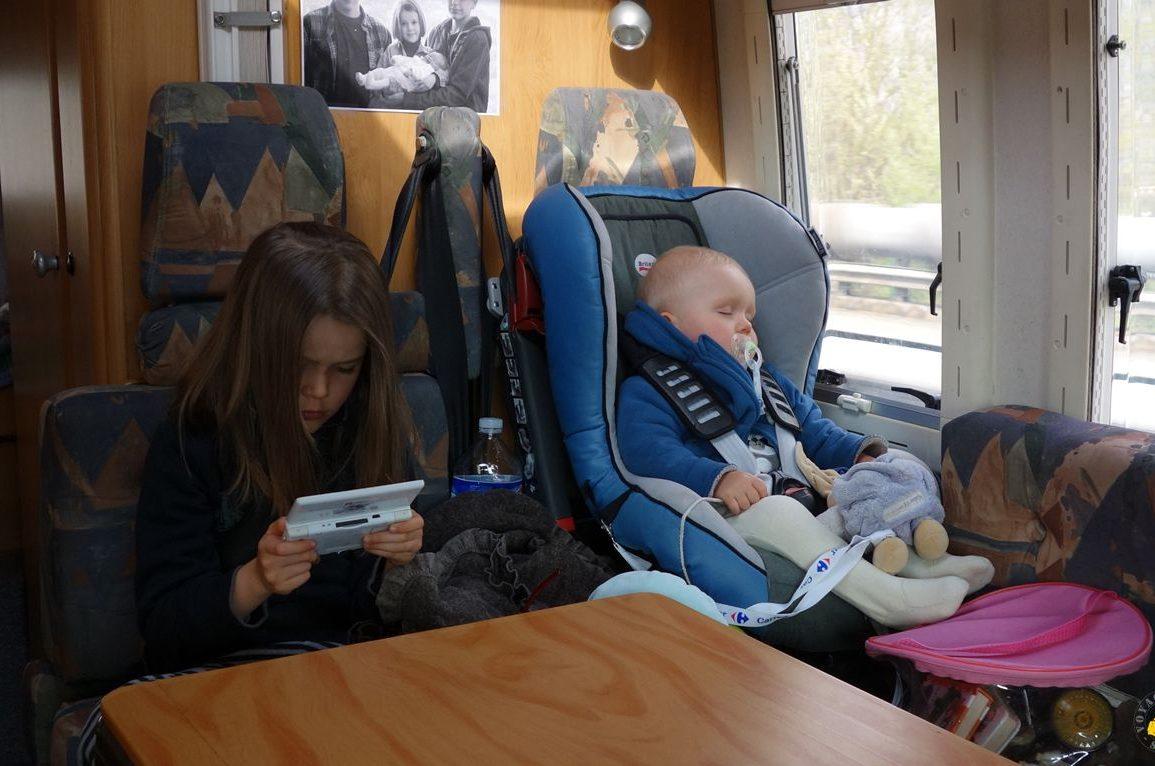 Longs Trajets En Voiture Avec Bébé Et Enfant: Nos Conseils tout Jeux De Voiture Qui Joue À 2