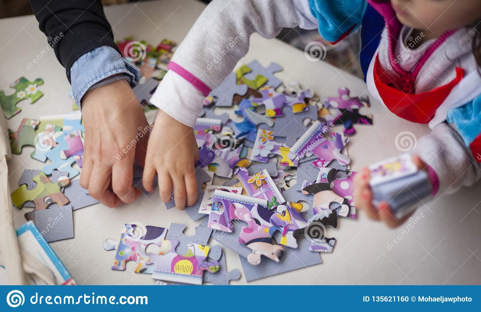 Mère Et Fille Jouant Des Jeux De Puzzle Ensemble Photo Stock intérieur Jeux De Fille Puzzle