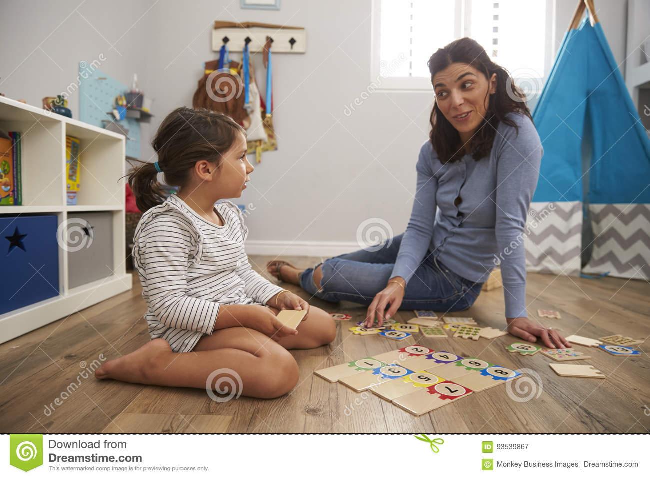 Mère Jouant Le Jeu De Puzzle De Nombre Avec La Fille Dans La à Jeux De Fille Puzzle