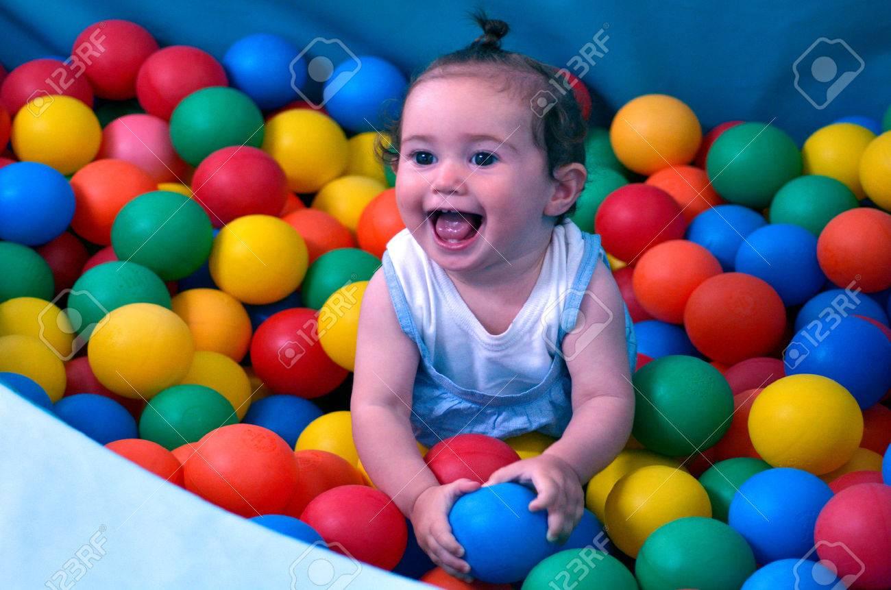 Petit Bébé (Fille 01 Ans) Jouer Avec Des Balles Dans Le Centre De Jeux De  Bébé Douce Couverte. Le Concept De La Santé De Bébé encequiconcerne Jeux Bebe Fille