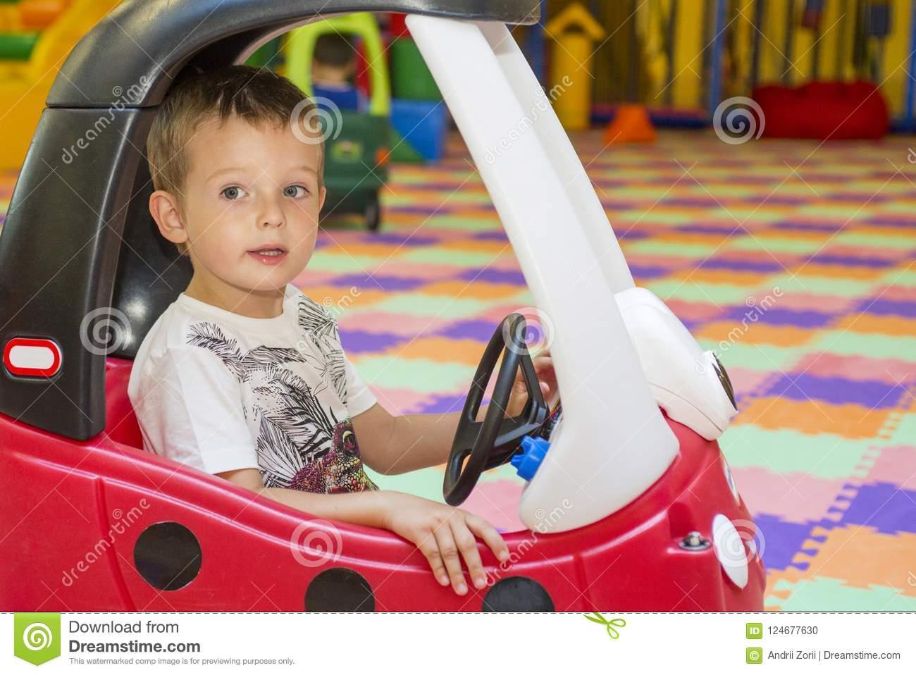 Petit Enfant Dans Une Voiture Rouge De Jouet Au Terrain De avec Jeux De Voiture Rouge
