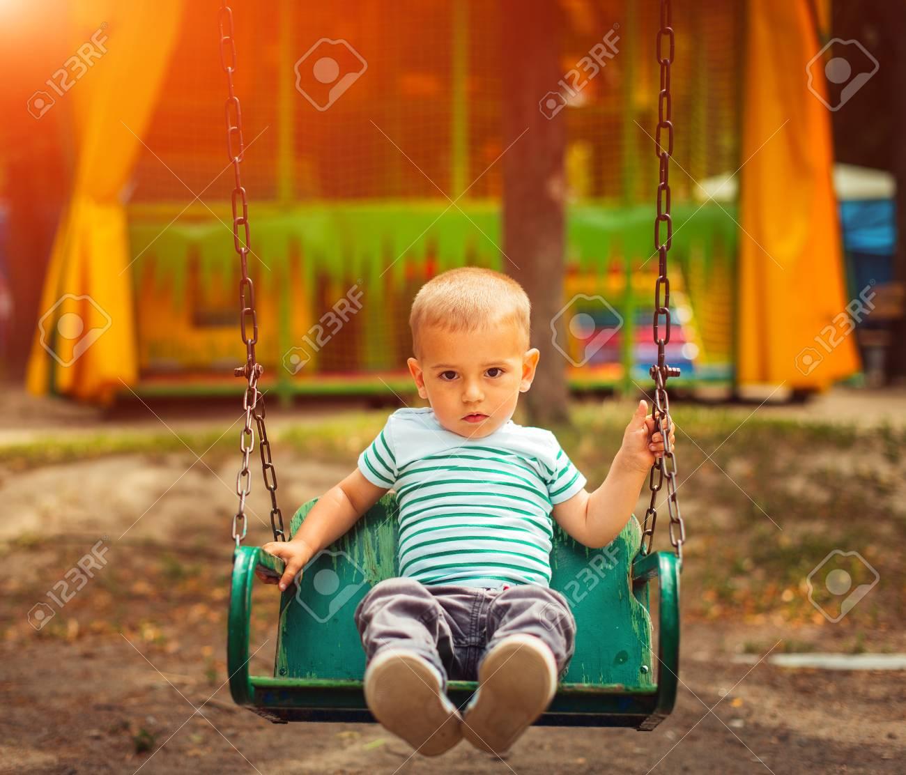 Petit Garçon Blond S'amuser À L'aire De Jeux. Enfant Enfant Jouant Sur Une  Balançoire En Plein Air. Bonne Enfance Active. concernant Les Jeux De Petit Garcon