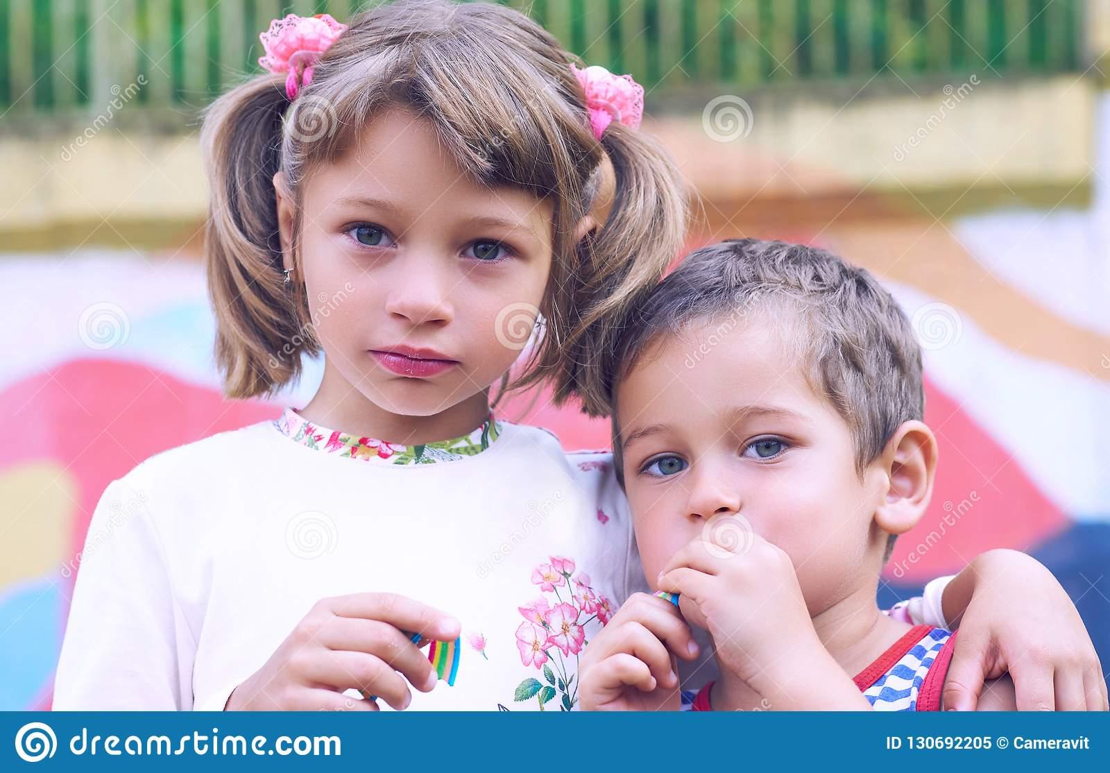 Petit Garçon Caucasien Et Un Chewing-Gum De Fille Tout En Se encequiconcerne Tout Les Jeux De Fille Et De Garcon