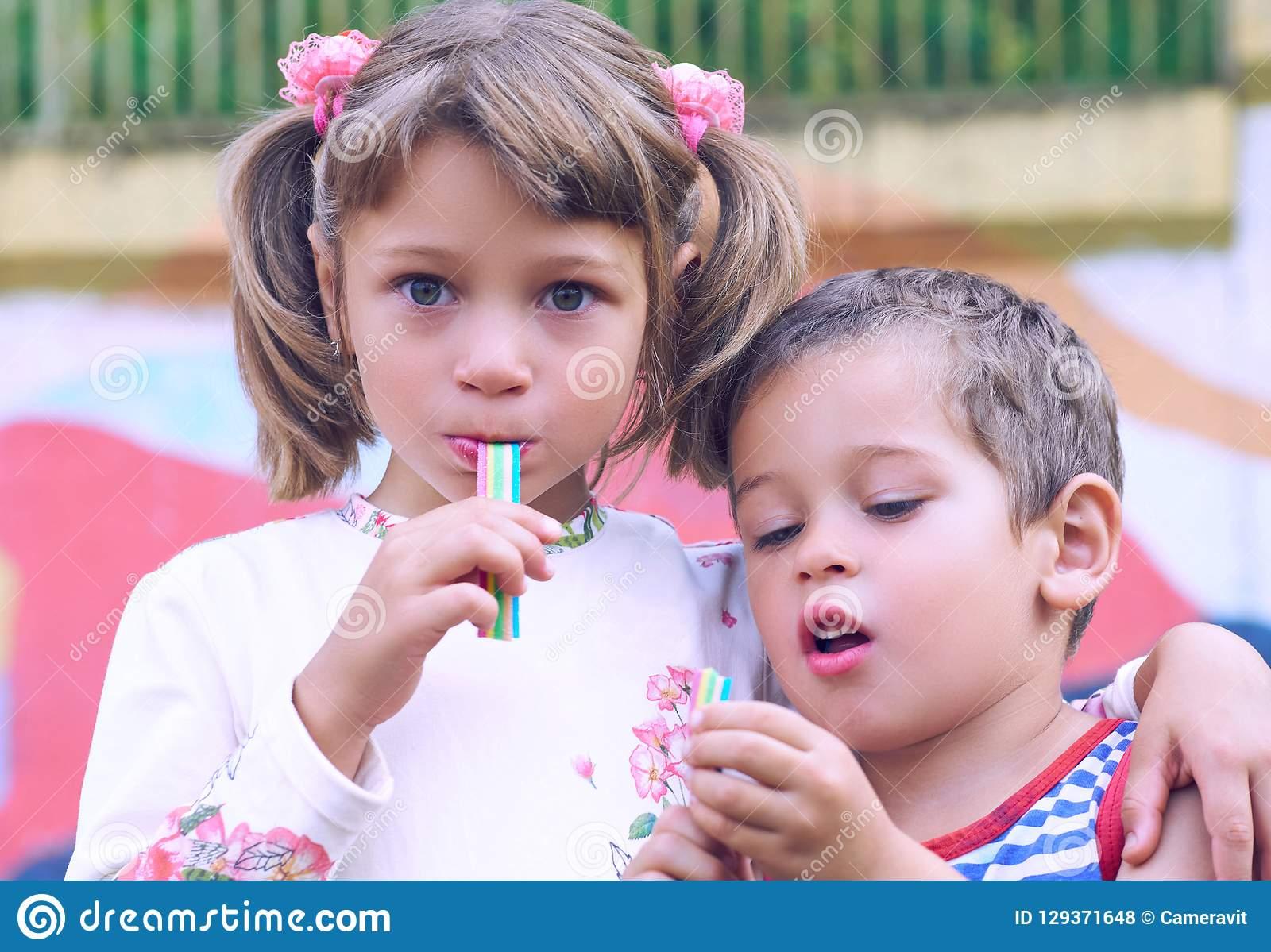Petit Garçon Caucasien Et Un Chewing-Gum De Fille Tout En Se tout Tout Les Jeux De Fille Et De Garcon