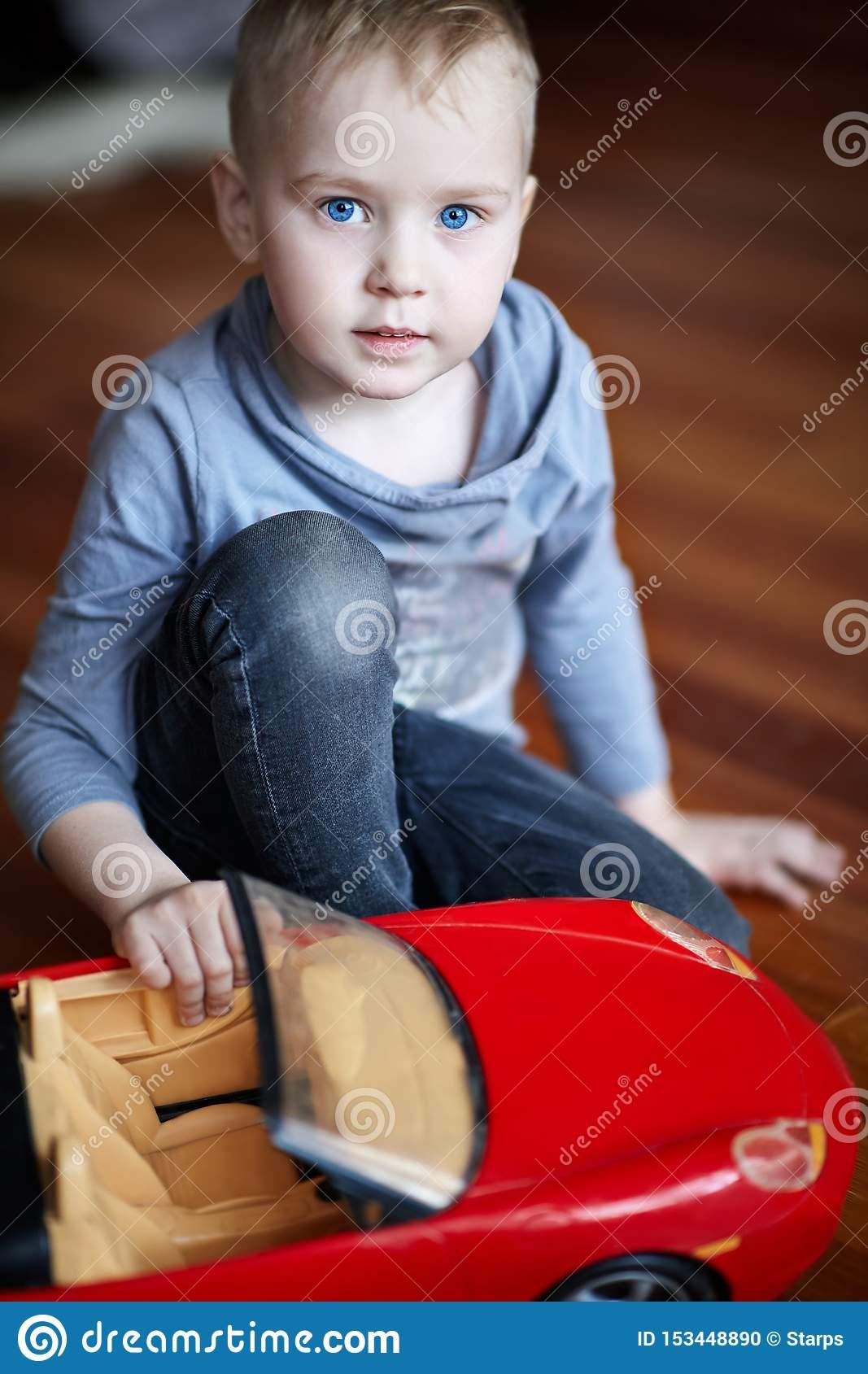 Petit Garçon Caucasien Mignon, Blond Avec Les Yeux Bleus concernant Jeux De Voiture Rouge
