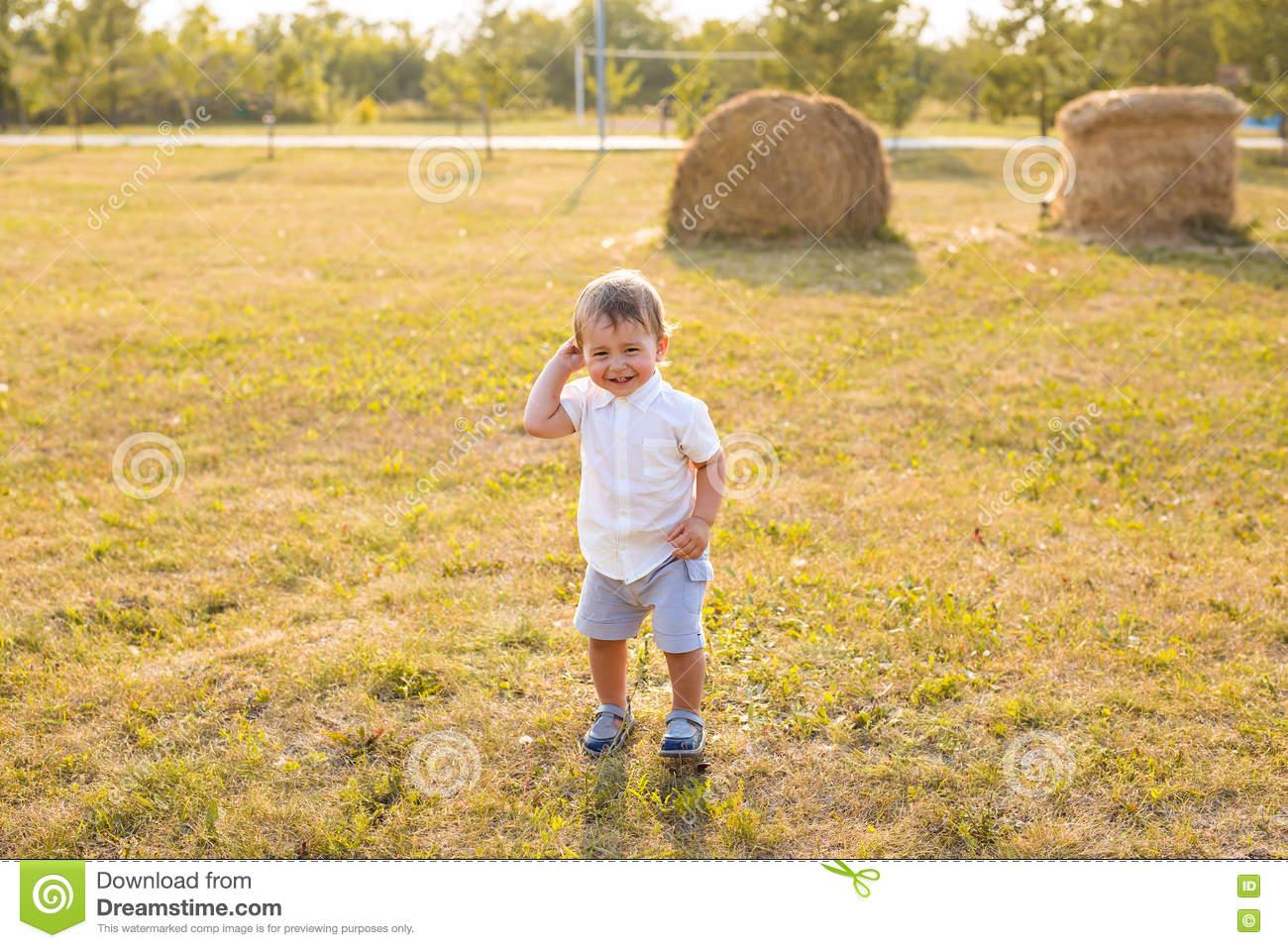 Petit Garçon Dans La Campagne Enfant En Bas Âge Jouant Les dedans Les Jeux De Petit Garcon