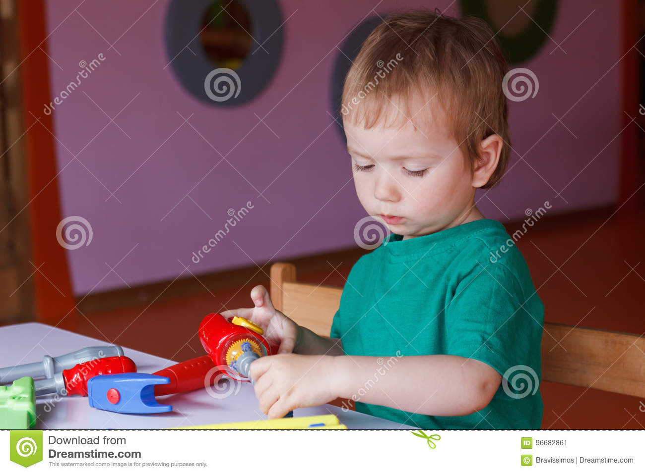 Petit Garçon, Les Jeux D'enfant Avec Des Blocs Et Jouets dedans Les Jeux De Petit Garcon