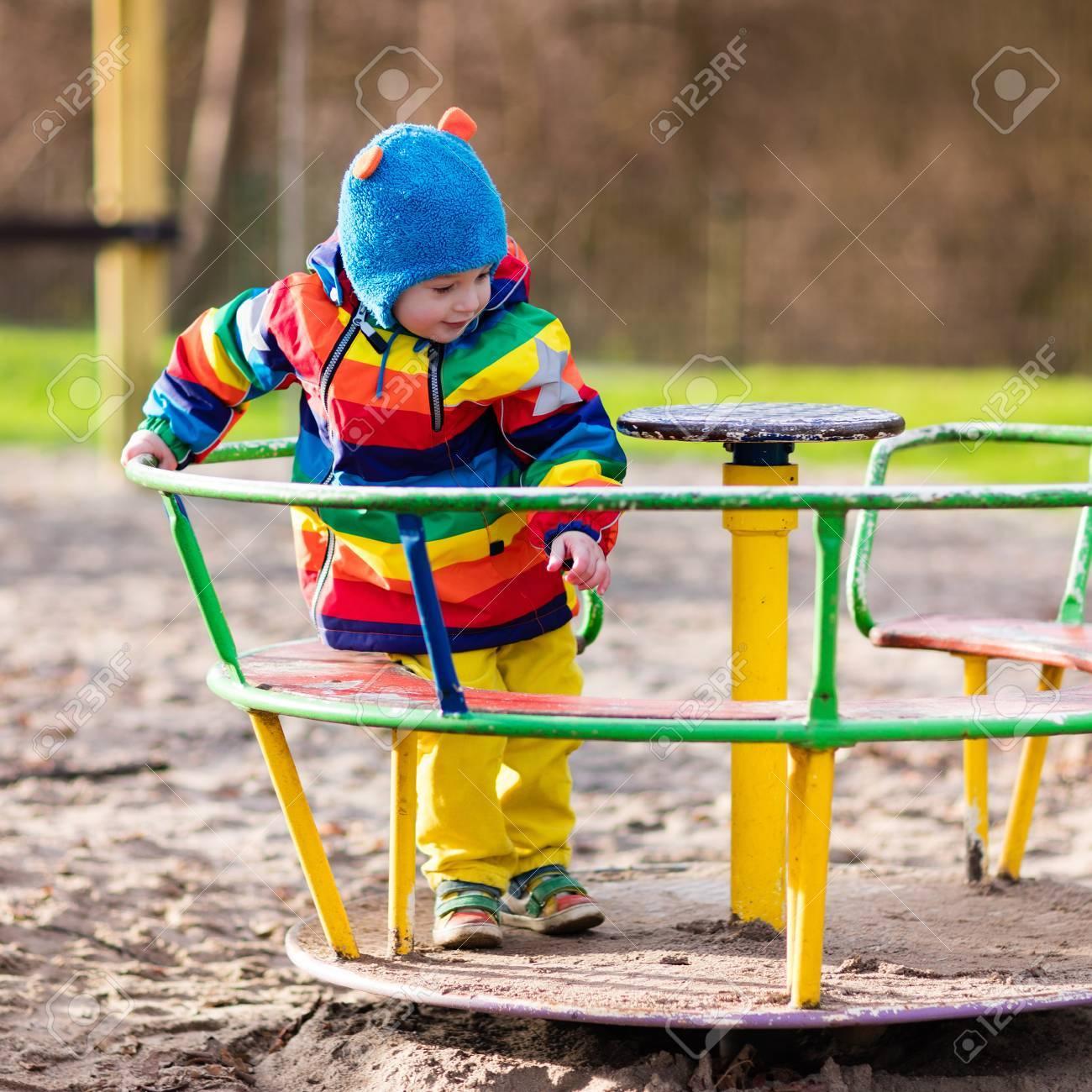 Petit Garçon Sur Un Terrain De Jeu. Enfant Jouant À L'extérieur À  L'automne. Les Enfants Jouent Sur La Cour De L'école. Enfant Heureux À La  Maternelle pour Les Jeux De Petit Garcon