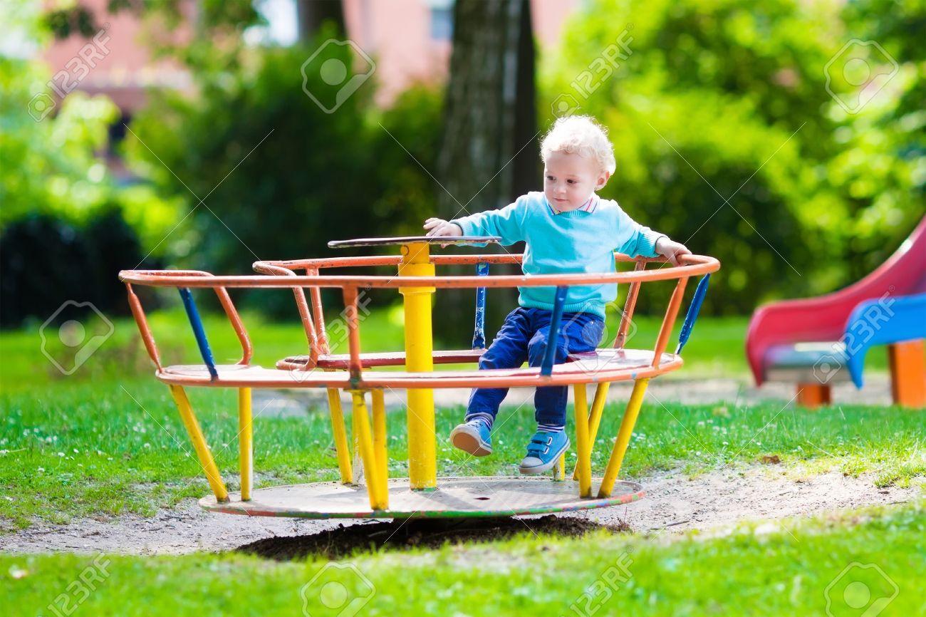 Petit Garçon Sur Une Aire De Jeux. Enfant Jouant En Plein Air En Été. Les  Enfants Jouent Sur La Cour De L'école. Happy Kid À La Maternelle Ou dedans Les Jeux De Petit Garcon