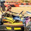 Petite Fille Est Conduite Go- Kart Voiture À Une Piste De Jeux De Course pour Jeux De Fille De Voiture