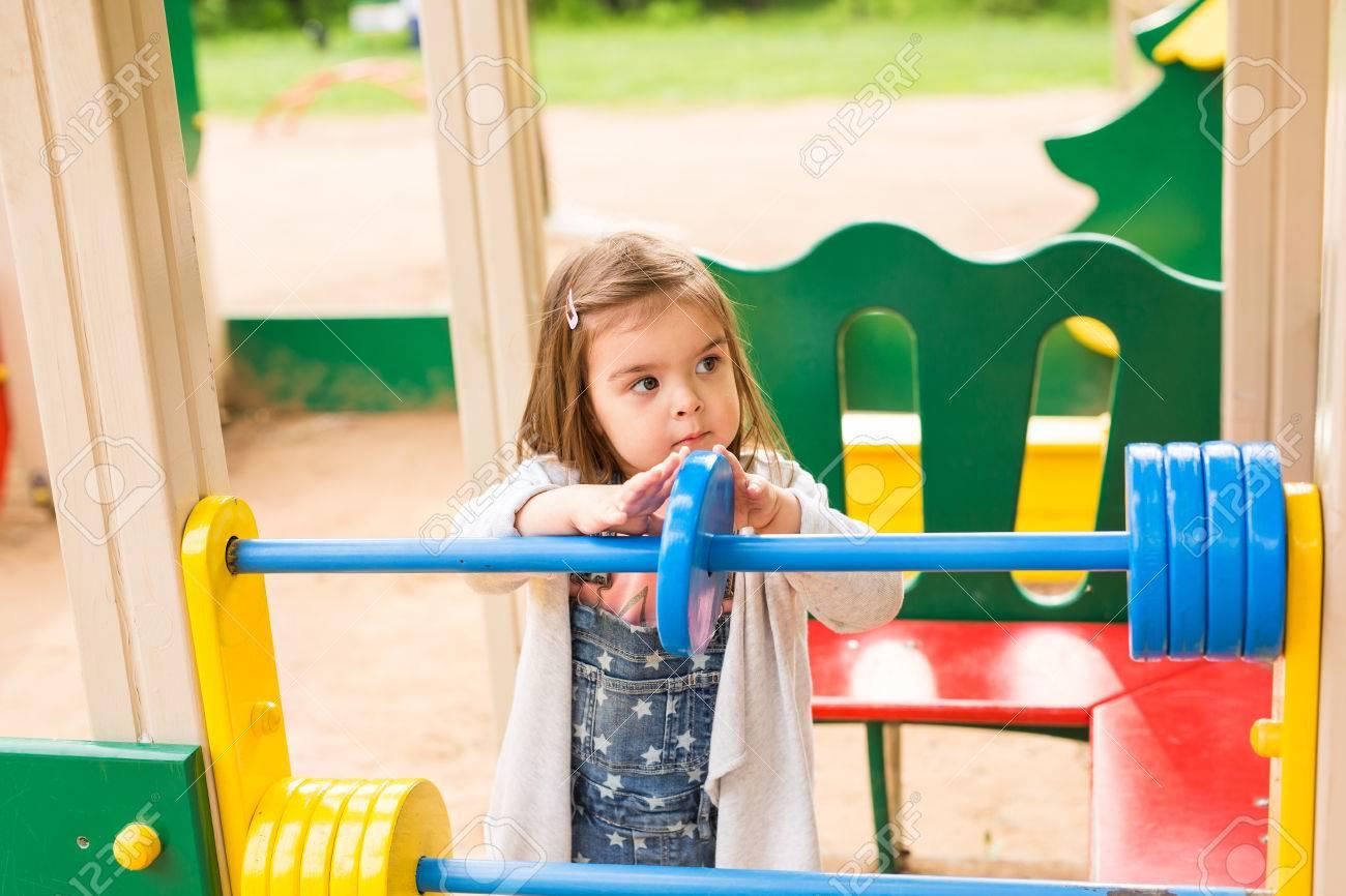 Petite Fille Sur Une Aire De Jeux. L'enfant Joue En Plein Air En Été. Les  Enfants Jouent À La Cour De L'école. Bon Enfant À La Maternelle Ou À  L'école serapportantà Jouer A Des Jeux De Fille
