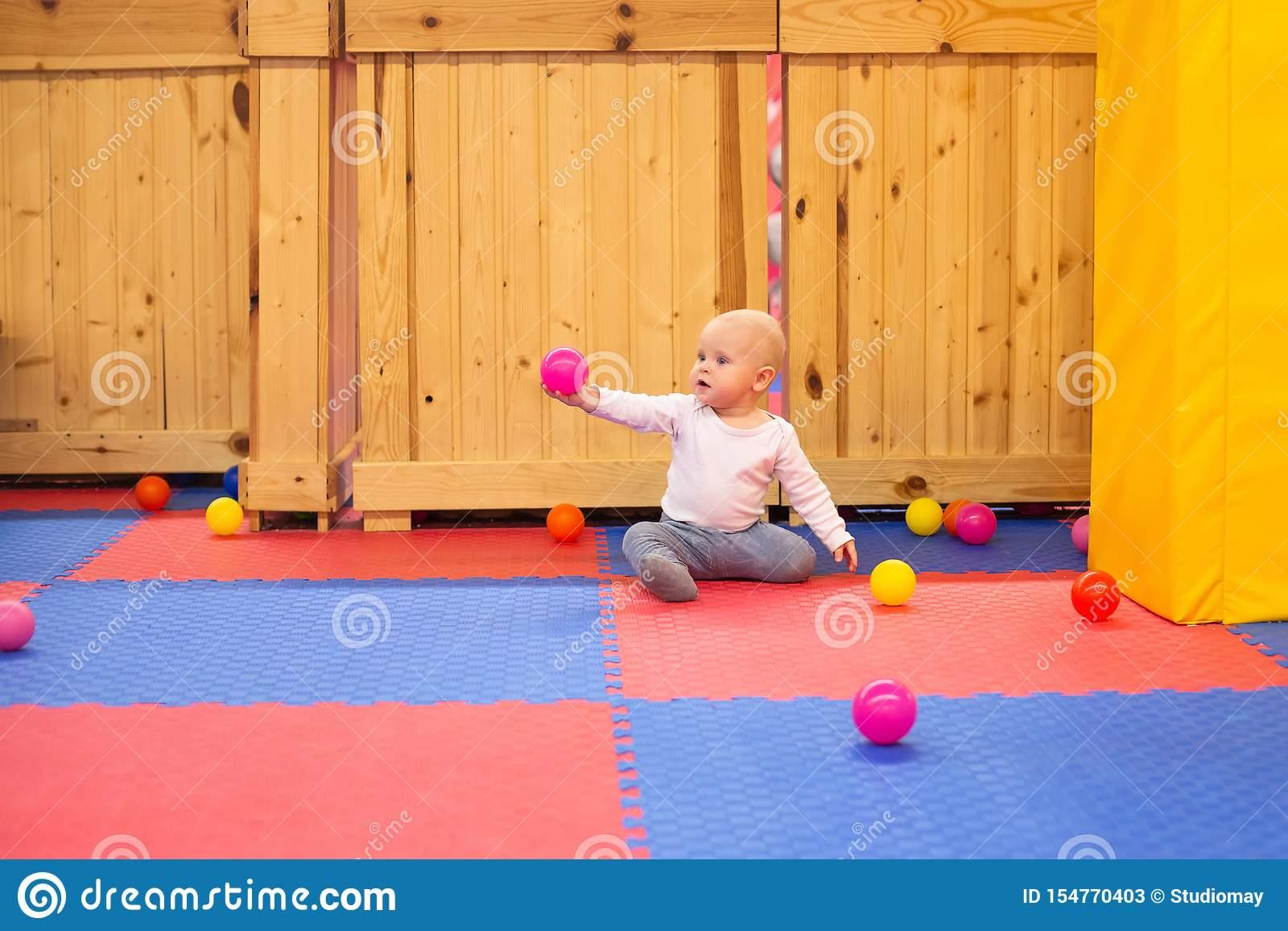 Peu Jeux De Bébé Garçon Avec Les Boules Colorées Dans Le à Jeux De Bébé Garçon