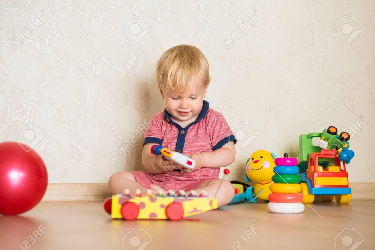 Portrait D'un Beau Petit Garçon Sur Le Sol Avec Des Jouets Musicaux. 1,5  Ans Enfant Jouant Avec Des Jouets De Tasse D'éducation À La Maison. Petit concernant Jouet Garçon 1 An