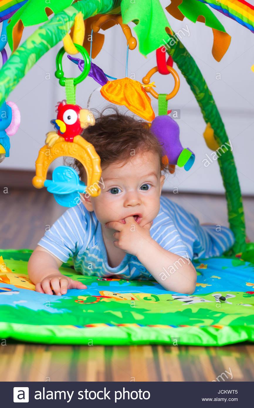 Portrait Of A Happy 6 Mois Bébé Garçon À Plat Ventre Sur Le intérieur Jeux De Bébé Garçon
