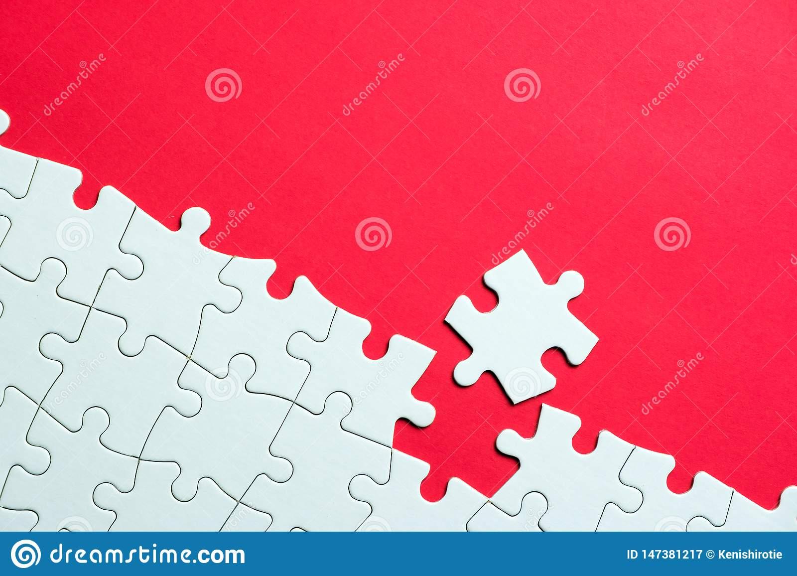 Puzzle Denteux Blanc Sur Le Fond Rouge Image Stock - Image à Puzzle À Partir De Photo