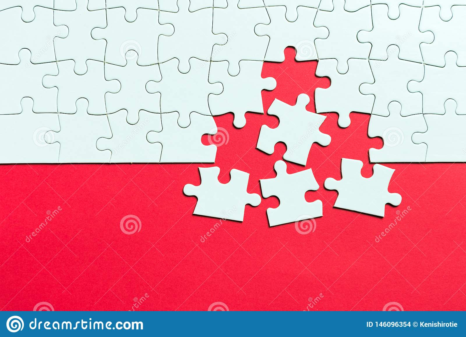 Puzzle Denteux Blanc Sur Le Fond Rouge Photo Stock - Image à Puzzle À Partir De Photo