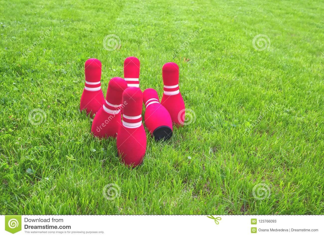 Quilles Rouges Été Cour De Jeu 2 D'enfants Sur L'herbe Verte à Jeu Bowling Enfant