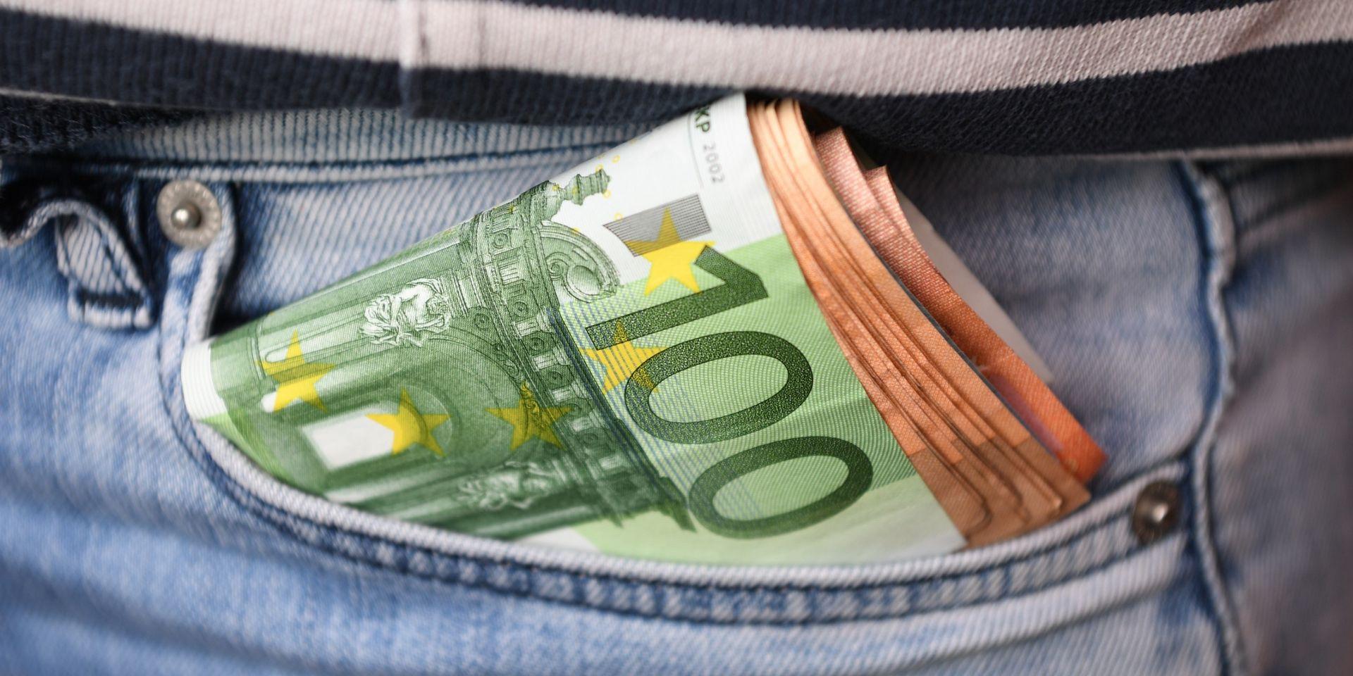 Sur La Paille, Il Imprime Ses Propres Billets De Banque - Dh avec Imprimer Faux Billet