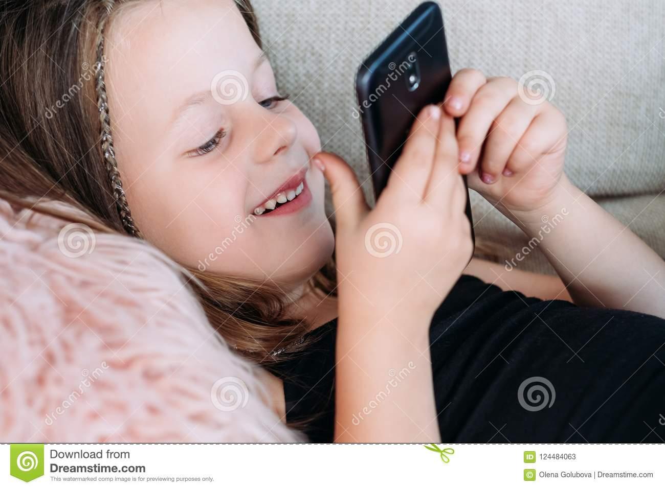 Téléphone De Jeu De Fille De Sourire De Divertissement De à Jeux De Fille De Telephone