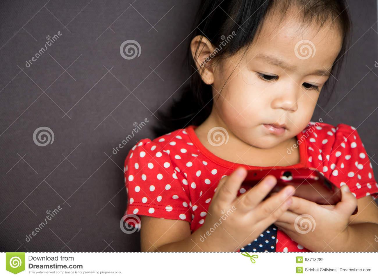 Téléphone Portable De Jeu De Fille Avec Émotion Sérieuse pour Jeux De Fille De Telephone