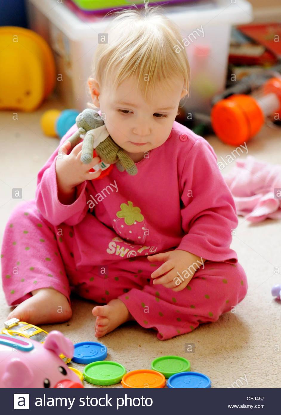 Un Bébé Joue Dans Une Salle De Jeux Avec Une Voiture Et Une pour Jeux Bebe Voiture