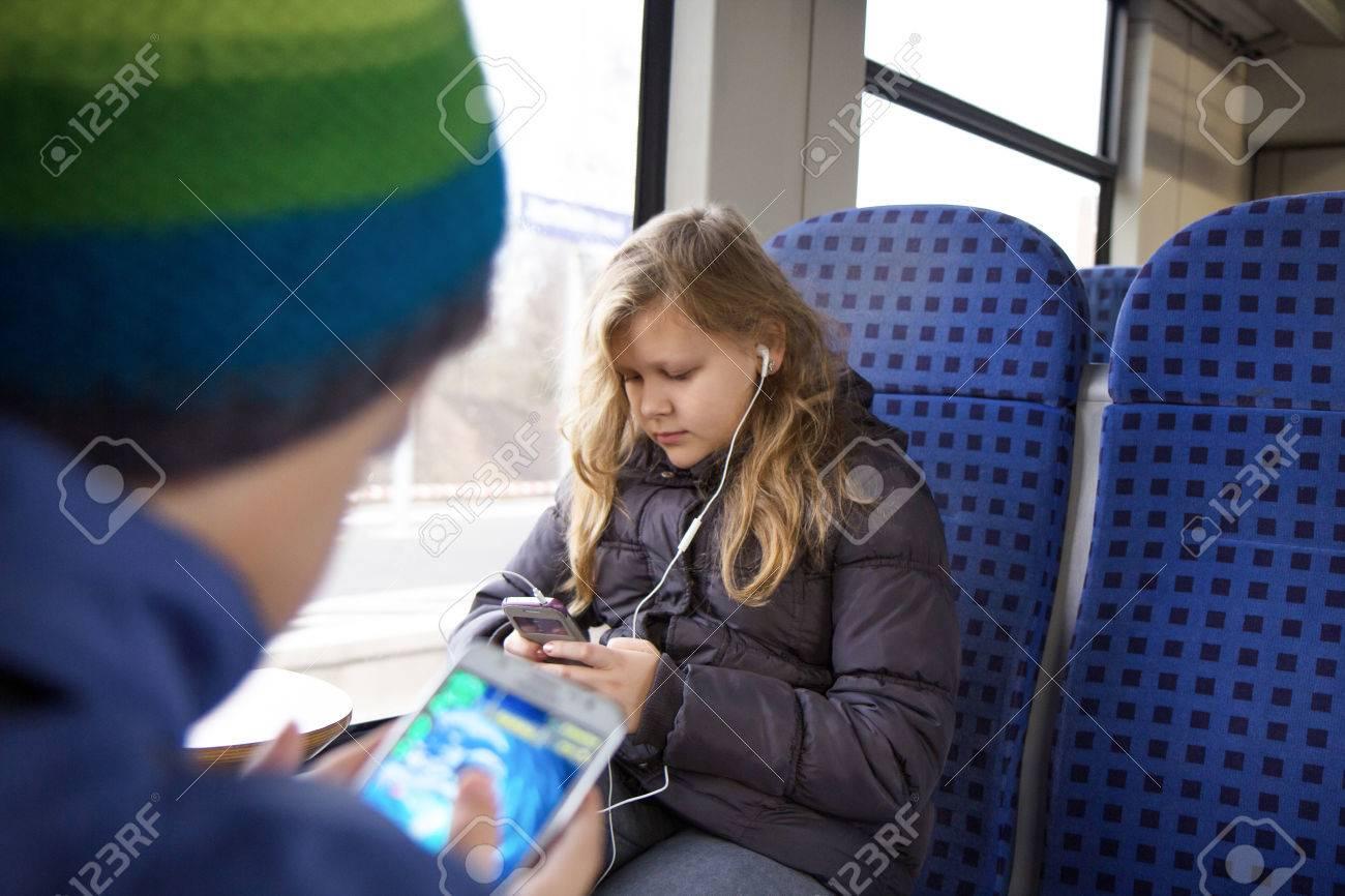 Une Fille Et Un Jeu De Garçon Avec Le Téléphone Portable Dans Le Train destiné Jeux De Fille De Telephone
