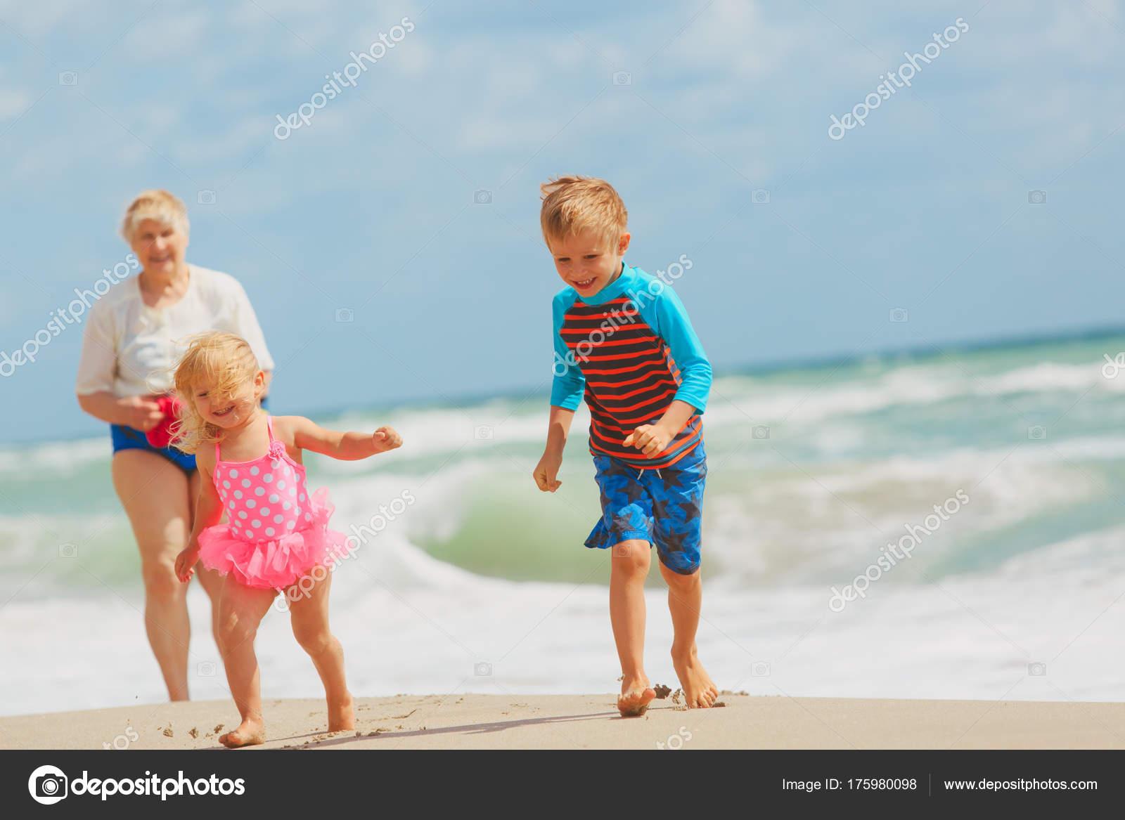 Une Grand-Mère Heureuse Avec Enfants - Petit Garçon Et Fille intérieur Les Jeux De Petit Garcon