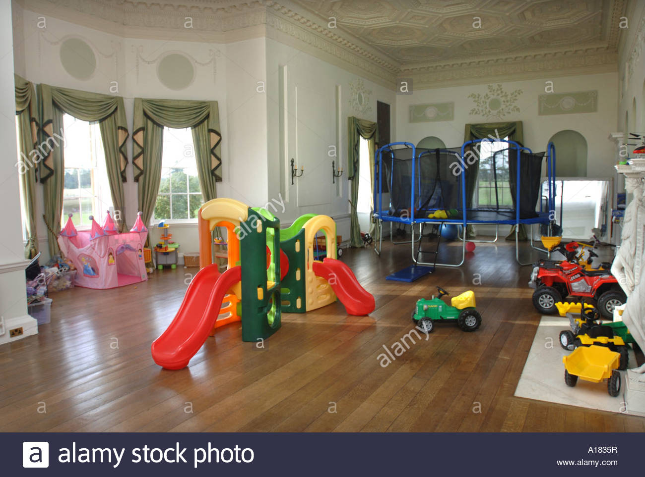 Une Salle De Jeux Pour Enfants Dans Une Grande Maison De pour Jeux De Grande Maison