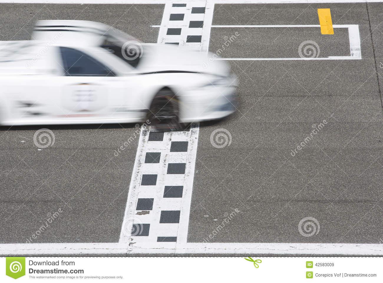 Voiture De Course Croisant La Ligne D'arrivée Image Stock destiné Course Voiture En Ligne