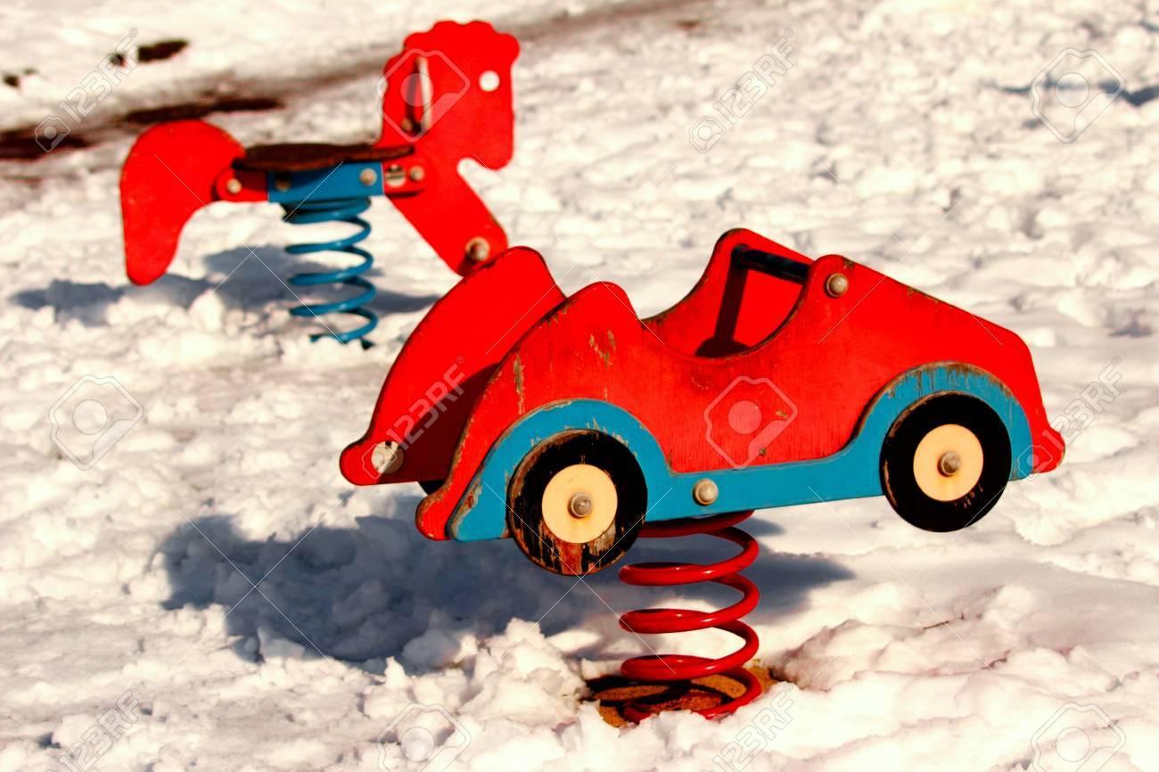 Voiture Rouge Kid Bien Cintrées Dans Un Terrain De Jeux De Neige serapportantà Jeux De Voiture Rouge