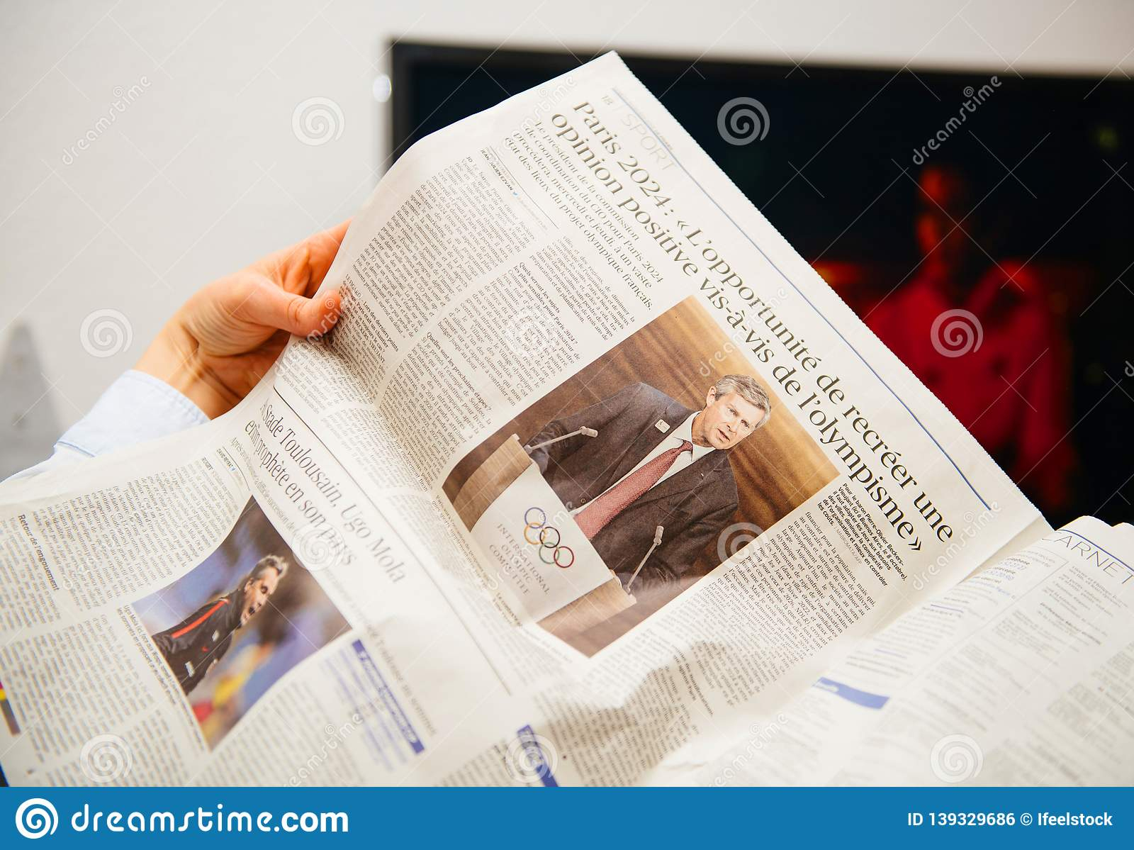 Woman Reading French Le Figaro Newspaper About Paris Olympic tout Jeu Villes France